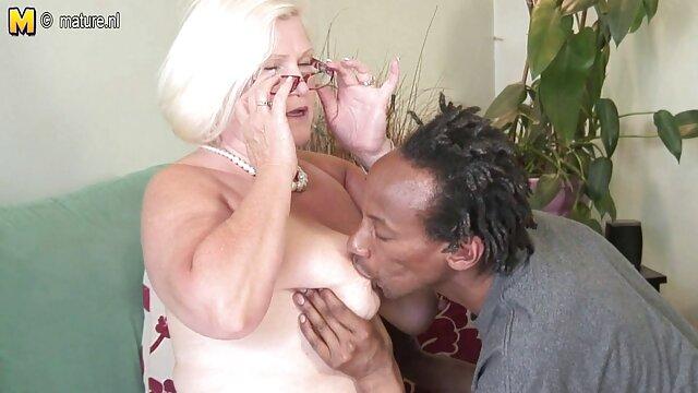Marido cachondo follando a mi madre borracha metido en la boca de su sumisa esposa