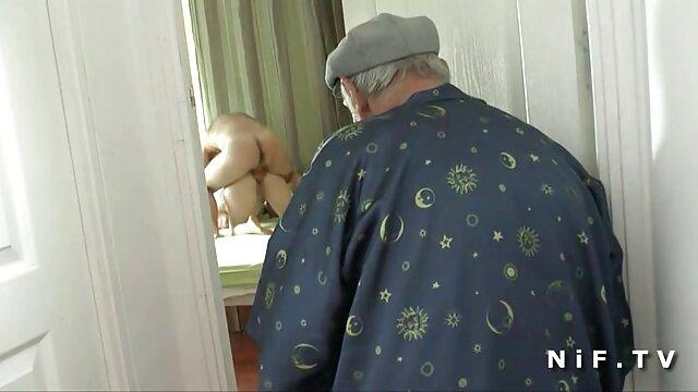 Un joven vecino se folla madre e hija teniendo sexo lesbico a una madurita de grandes tetas