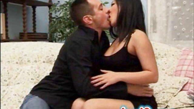 Un hombre le hizo un masaje a una chica madre e hijo follando español y la sopló