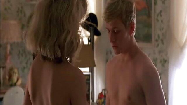 El marido se folla a su esposa en el baño y luego en madre e hijo hd el dormitorio.