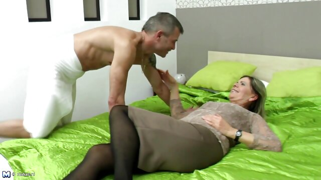 Joven cojiendose a su mama dryuchit madura rubia en anal