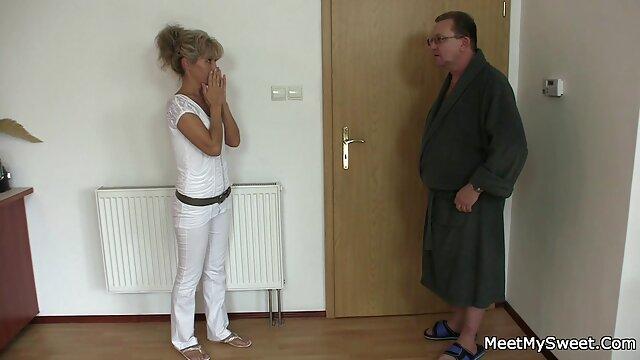 Nena rusa modesta de 18 años le dio a su cojiendo a mi madre dormida novio