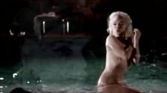 Modelo desnuda se folla a sí misma con un enorme consolador gordo en la webcam mamas trolas
