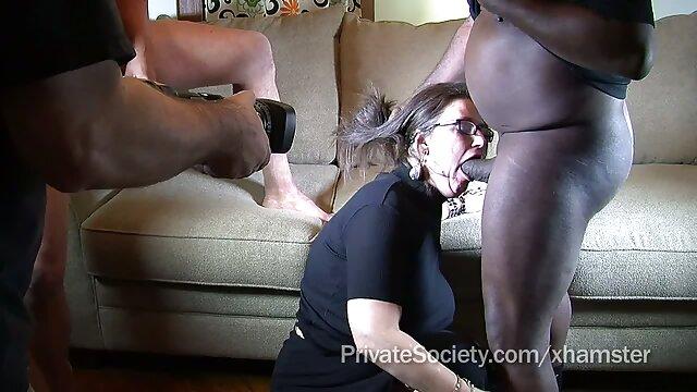 Un hombre golpea los coños de dos amantes a la vez videos porno entre madre e hijo