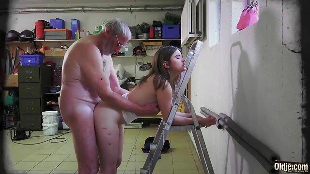 Chica con tetas pequeñas con sus taboo madre e hijo manos lleva a un chico al orgasmo