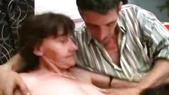 Chica atrapa un subidón de follar anal sexo anal entre madre e hijo con una máquina sexual