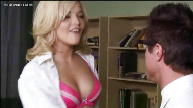 Chica gorda madre padre e hija xxx se masturba el coño frente a una webcam