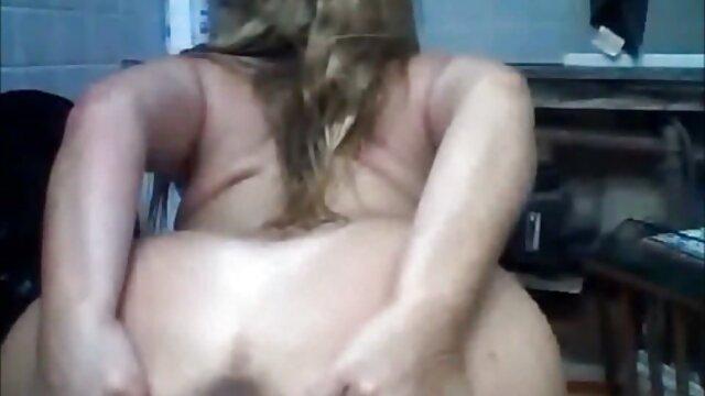 Estudiante trajo a casa a un follando a su madre dormida compañero para tener sexo