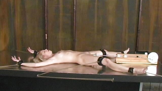 Hombre blanco lame y folla ébano sexo entre madre e hijo real en diferentes posiciones