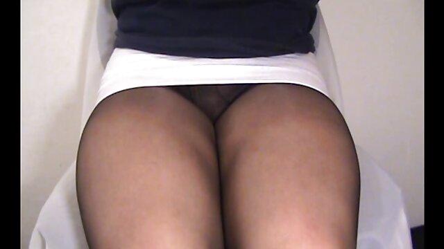 Encantadora chica en pantalones videos de madre e hijo follando cortos hace una mamada por dinero