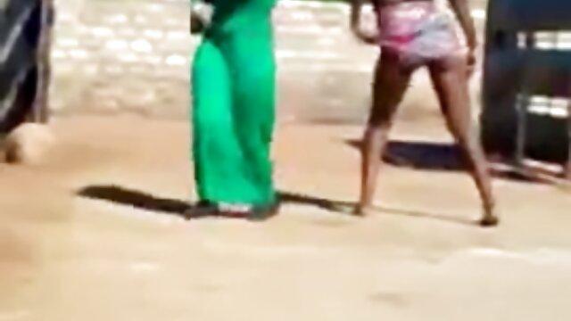 Chica madres muy zorras en falda corta se entregó a un chico en la cocina