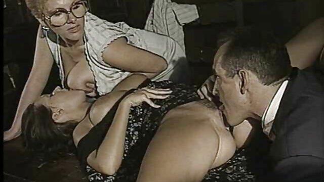Chica ángel se quitó las bragas y tuvo un orgasmo con una cojiendo a madre masturbación pausada