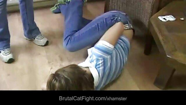 Manda de la jovencita goteando de cojiendo con mamas la masturbación