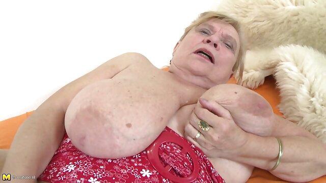 El maestro de masajes se folla a una follando con mi madre dormida belleza en su escritorio