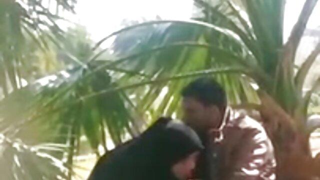 Un hombre en mama hija y novio xxx jeans se corre en la boca de una mujer amorosa