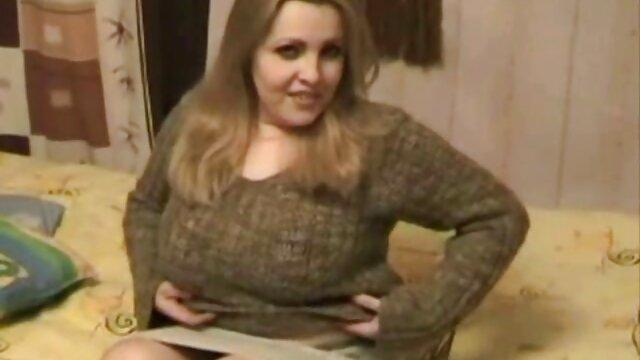 Jenny se pone pantimedias sin bragas y muestra su coño en mama japonesa xxx público
