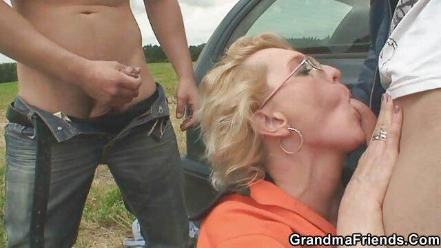 Gang bang con DP para una pequeña belleza foyando con mi madre