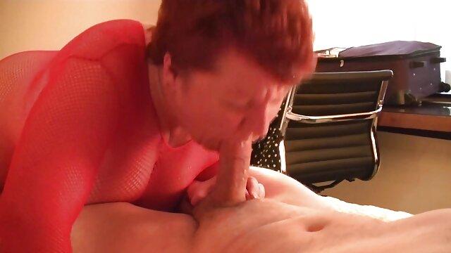Chica de cuerpo perfecto se madre e hijo cogiendo mete un consolador enorme en el coño
