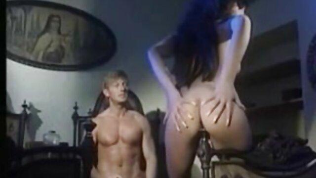 Esposo se folla a su esposa frente a madre y hijo insesto una cámara amateur y la persuadió para que hiciera porno privado