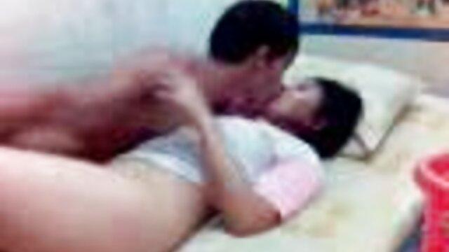 Chica mete un consolador enorme en el culo de hijo y mama xxx sus amigas