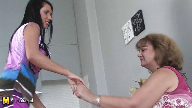 Un lindo paciente le dio una mama soltera xxx lamida de coño a un joven médico